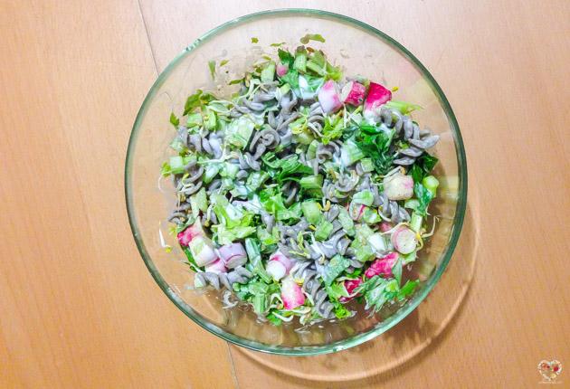 ensalada con pasta de trigo sarraceno apio y rabanito alma verde