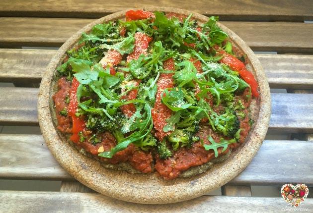 Recetas veganas - pizza de harina de garbanzos y canamo