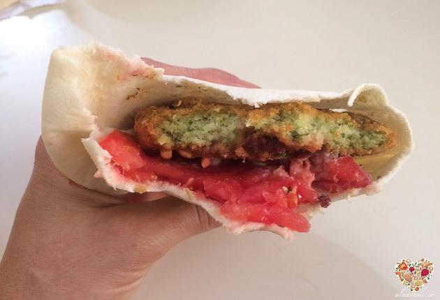 falafel en pan de pita con tomate