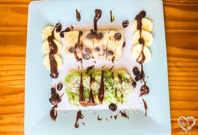 Postre crudivegano con frutas y papel de arroz