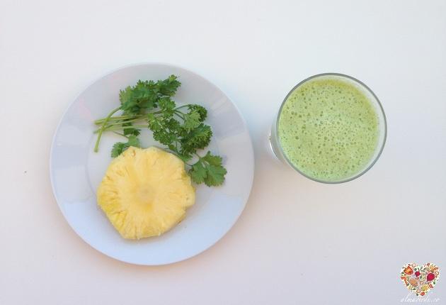 Batido verde de piña y perejil, receta crudivegana