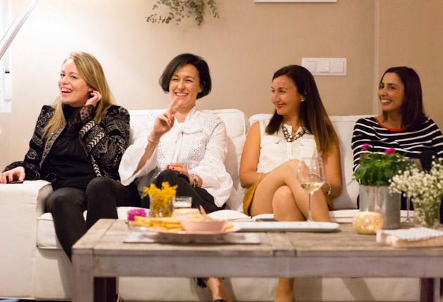 Charla y risas entre mujeres