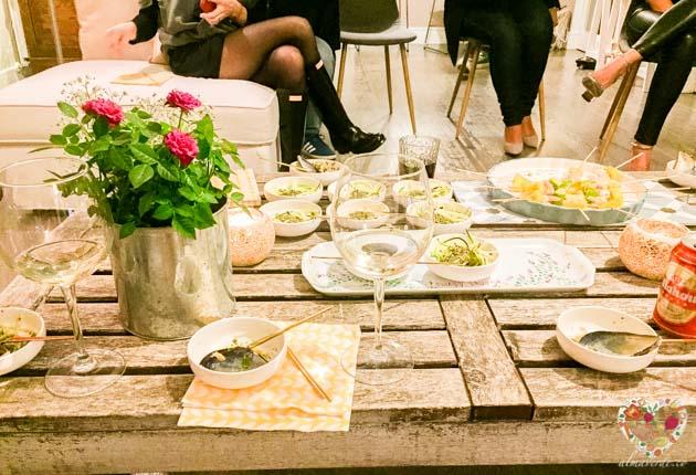 La mesa de cenas adivina, elegancia y buen gusto