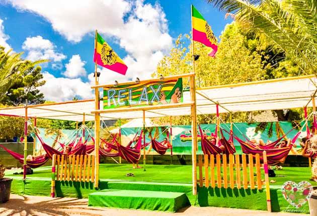 Dormir en hamacas en el festival reggae rototom benicassim