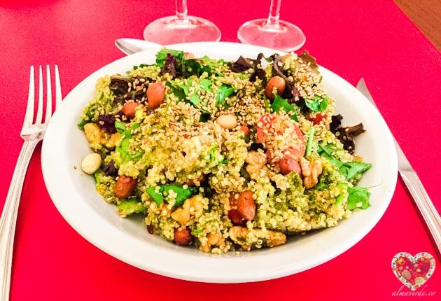 Ensalada de quinoa, vegetales y frutos secos